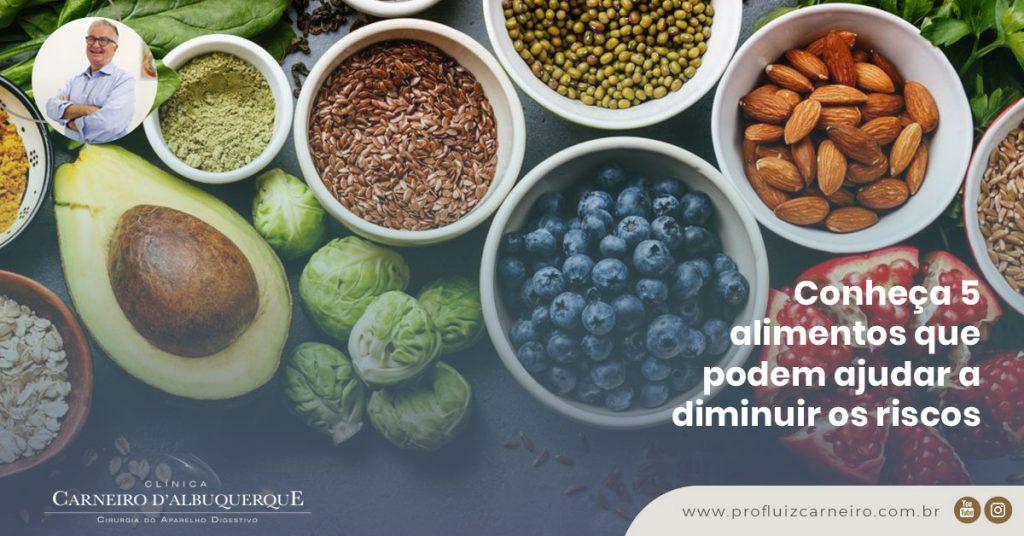 A imagem mostra um conjunto de alimentos e temperos naturais.