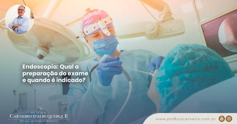 A imagem mostra uma paciente deitada na maca de um hospital (de costas para a câmera) e o doutor à sua frente com um equipamento em sua boca.