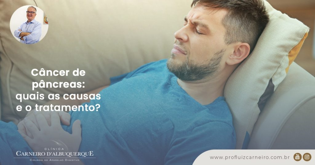 Ao fundo da imagem, há um homem deitado no sofá com as mãos no local no pâncreas e uma expressão de dor no rosto.