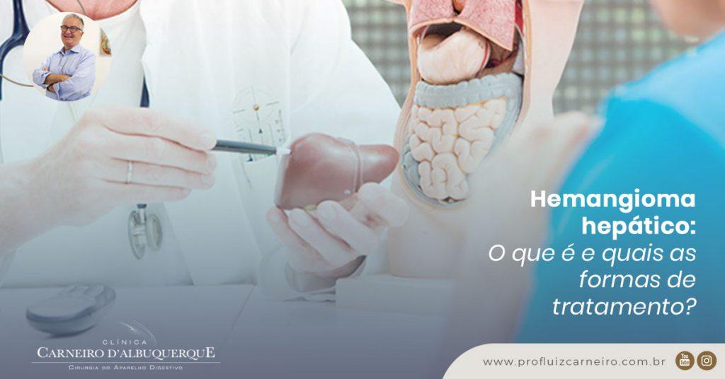 Na imagem tem duas pessoas, sendo um paciente que está de costas para a câmera e o doutor que está de frente para a câmera olhando para o paciente com um fígado de objeto na mão.