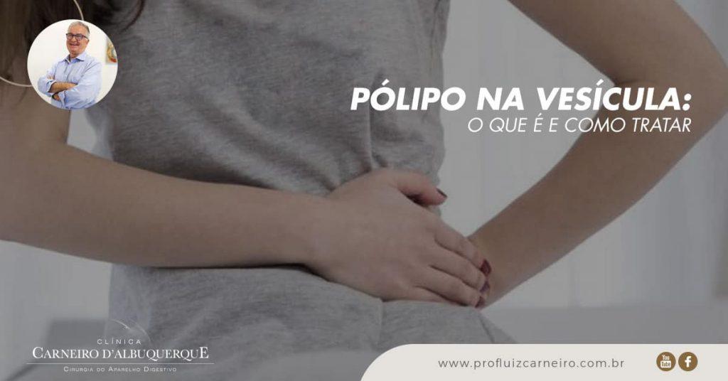 Ao fundo da imagem, há uma mulher com a mão na vesícula sentindo dor.