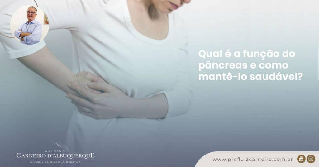 Ao fundo da imagem, há uma mulher com as mãos no pâncreas.