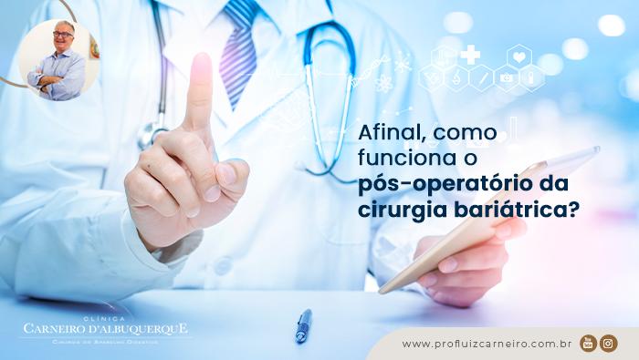 A imagem mostra um doutor com um celular na mão esquerda e na mão direita, ele faz o sinal do número um.