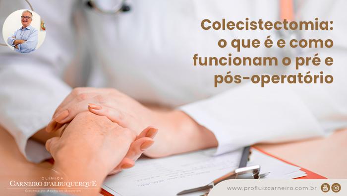 A imagem mostra uma doutora com as mãos em cima de uma mesa segurando as mãos de outra pessoa.