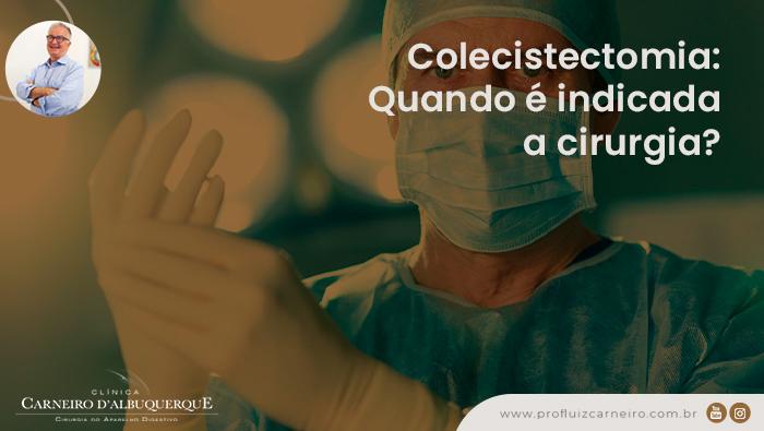 A imagem mostra um cirurgião colocando as luvas e olhando seriamente para a câmera.