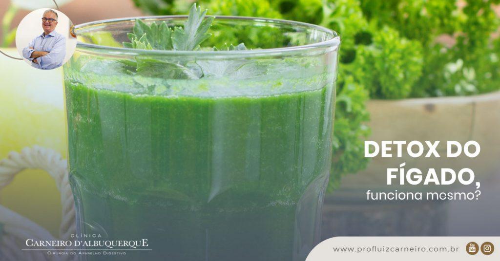 A imagem mostra uma foto com um copo cheio de uma bebida verde, com vegetais ao fundo.