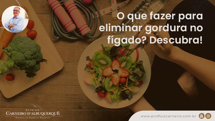 A imagem mostra mãos segurando um prato com frutas, uma tábua de cortar com vegetais e ao lado uma corda de pular, uma garrafa com água e uma fita métrica.