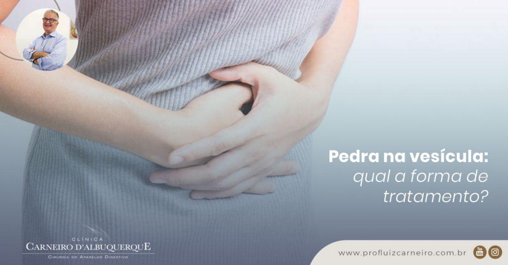 A imagem mostra uma mulher com as duas mãos na região da barriga, demonstrando desconforto